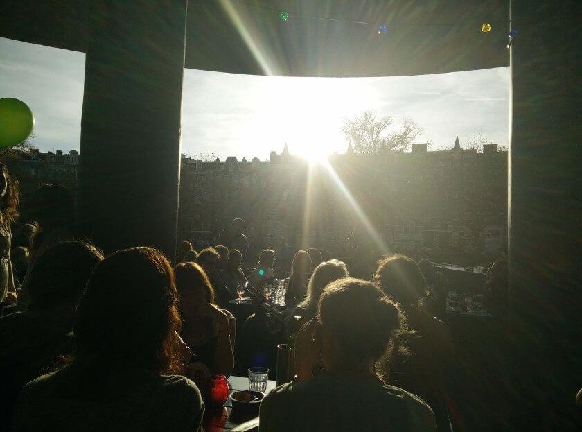 Sol em Amesterdão num barzito chamado Waterkant
